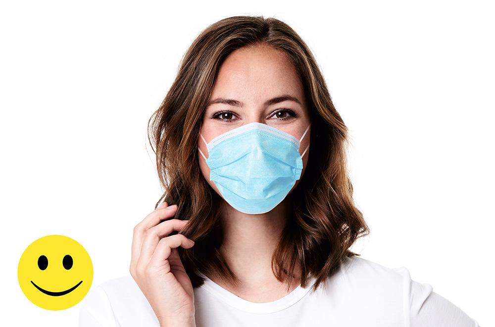 Junge Frau nach einer Augenlaser Behandlung mit Mund & Nasenmaske