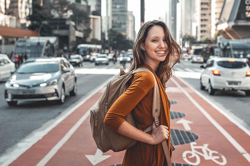Frau im Straßenverkehr mit einer ReLEx SMILE Behandlung